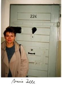 Bärbel Bohley vor ihrer Zellentür im Stasi-Knast Hohenschönhausen 1990